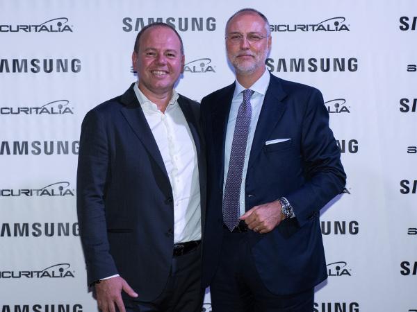 Carlo Barlocco, presidente di Samsung Electronics Italia (a sinistra) insieme a Lorenzo Manca, presidente e AD del Gruppo Sicuritalia