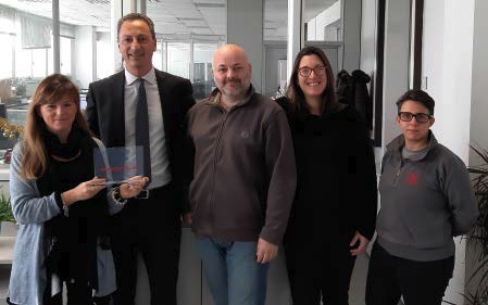 Da sinistra: Stefania Renzo, Cad Manager di Marchesini, Enrico Borca, Sales and Partner Manager di PRO.FILE Italia insieme al resto dello staff di Marchesini Group con il Premio per i 20 anni di utilizzo di PRO.FILE